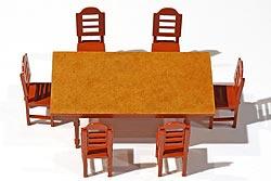 Es sind die doppelte Anzahl von Stühlen und Tischen im Bausatz vorhanden